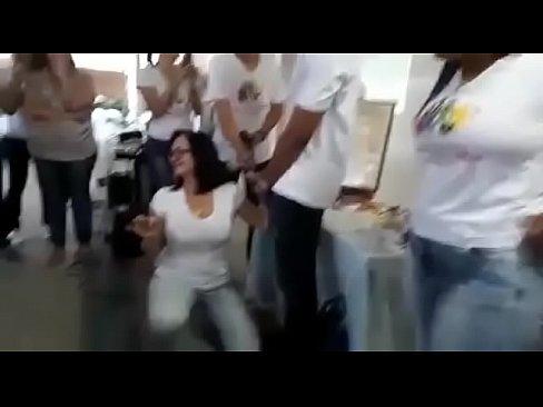 Professora ensinando a por camisinha com a boca. http://xvideosamador.com.br/