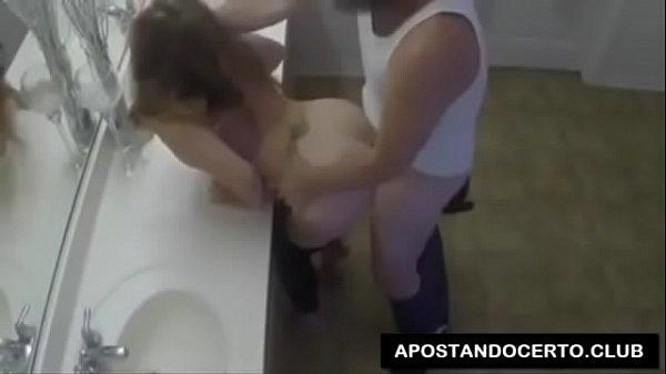 Comendo a esposa do meu irmão no banheiro !!!